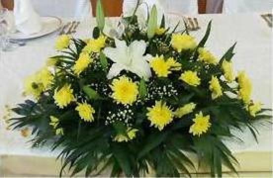 Aranjament floral din crizanteme olandeze pentru prezidiu