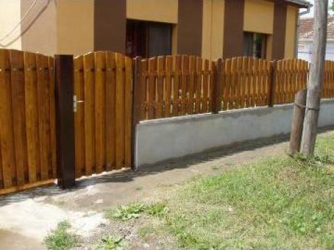 Gard dinlemn brad pe soclu de beton