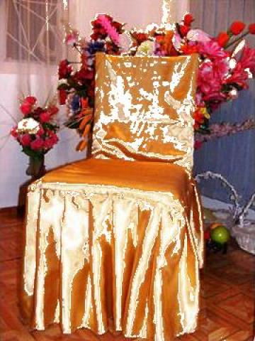 Husa de scaun din satin cu pliuri dese pe forma scaunului