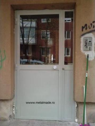 Usa metalica de intrare in bloc